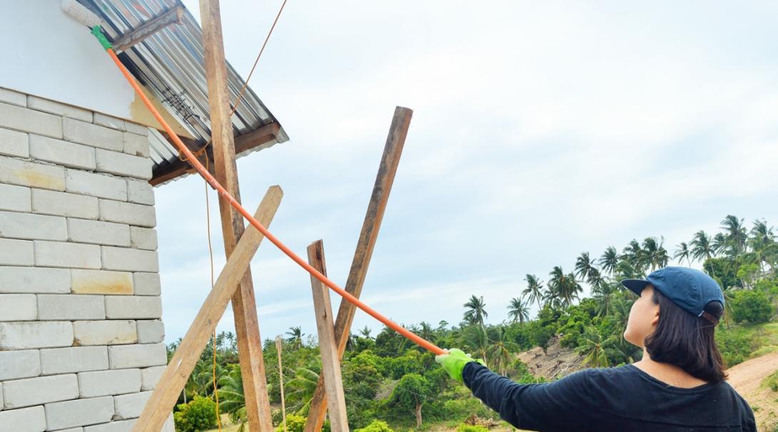 日本人高校生ボランティアがフィリピンの学校のペインティングに活躍